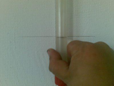 совмещение поверхости воды в трубке с меткой на стене