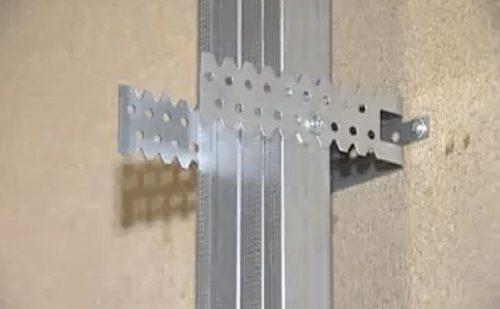 Крепление стоечного профиля к стене