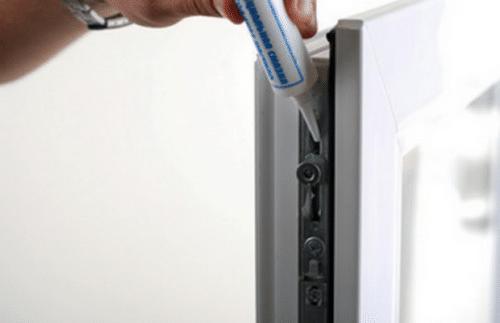 Смазывание деталей с использованием пластикового флакона