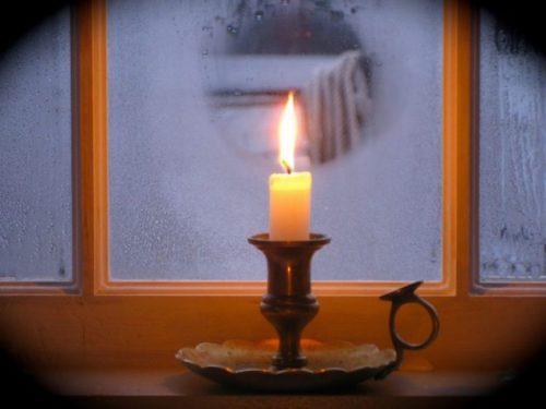 Свеча на окне обогревает стекло
