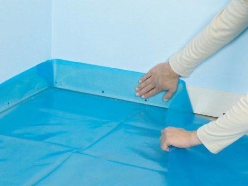 Пленка должна заходить на стены минимум на 20 см и пол на 10 см