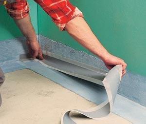 на нанесенную изоляцию по стыкам и углам сразу же укладывается гидроизоляционная лента