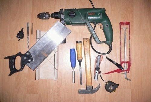 Без этих инструментов установить наличники не получится