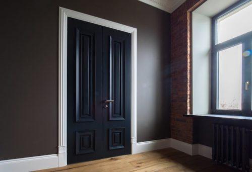 Разный цвет дверного полотна и наличников позволяет превратить в жизнь оригинальные идеи дизайнеров