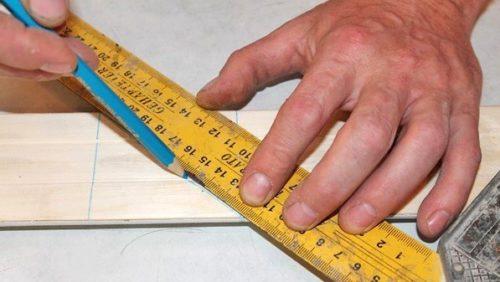 Соединяя противоположные углы отметок, получаем линию отреза под углом 45