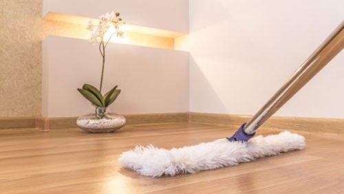 Пробковый пол легко моется во время влажной уборки