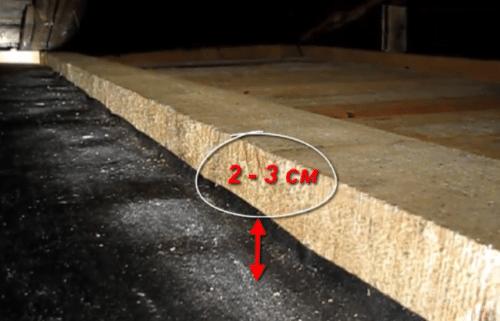 Так нельзя укладывать рубероид на деревянном потолке