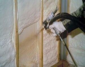 ППУ напыляется на стены