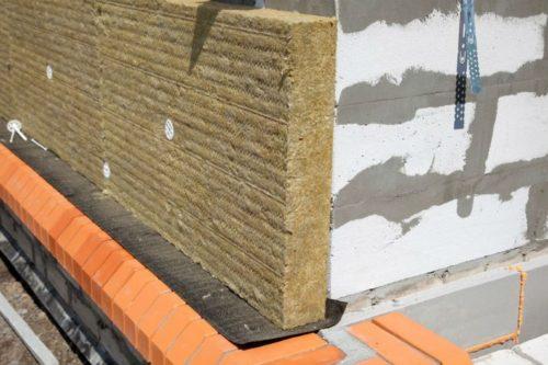 Базальтовые маты устанавливаются непосредственно на цоколь фундамента