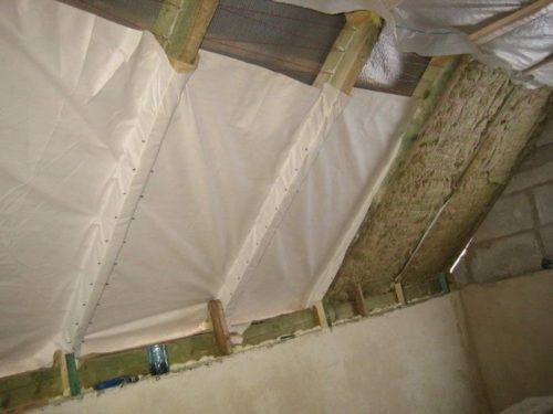 Укладка ветрозащитной мембраны при утеплении готовой крыши