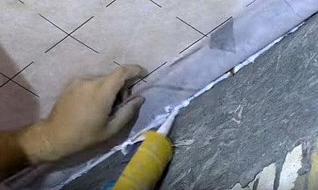 Стык между стеной и пленкой заполняется герметиком