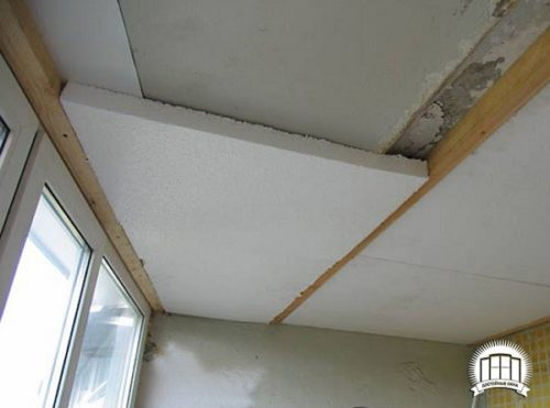 Утеплитель клеится к потолку