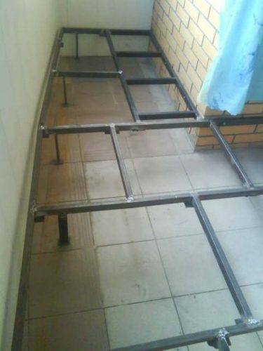 Металлический каркас можно прикрепить одной стороной к несущей стене