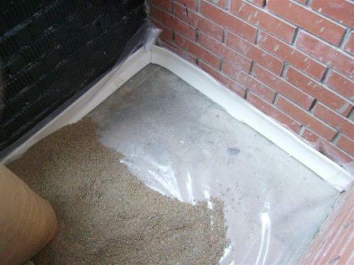 Насыпается слой из керамзитового песка