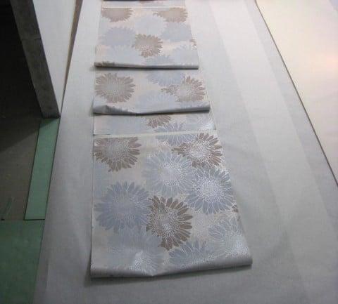 Листы шпалер пропитываются клейстером