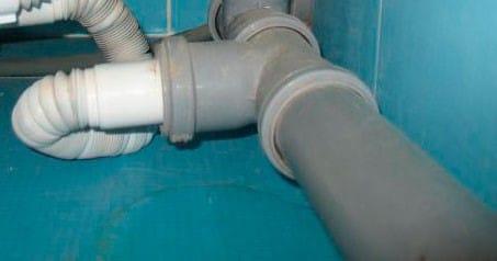 Подсоединение сифона к канализации