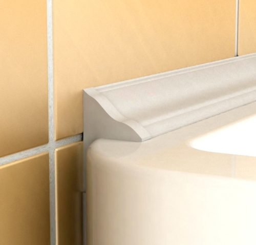 Стык ванны со стеной заделан плинтусом