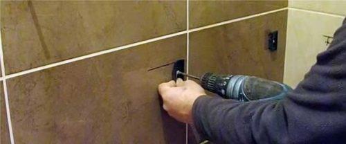В стене высверливаются отверстия для крепления планок
