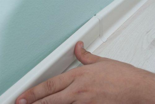 Задняя стенка плинтуса закрывается планкой
