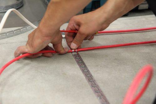 Крепление греющего кабеля усиками монтажной ленты