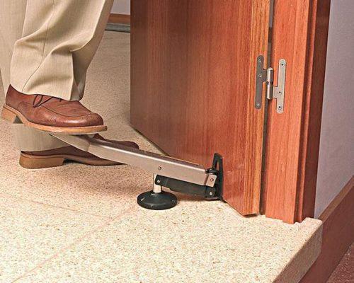 Снять двери можно с помощью специального домкрата