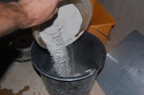 высыпается количество сухой смеси в соответствии с рекомендациями