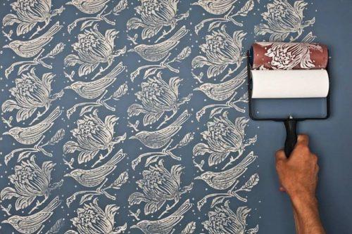 На окрашенную стену валиком с рисунком наносится третий слой краски