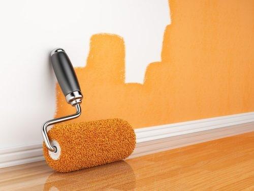 валиком или кистью закрашивается небольшой участок стены