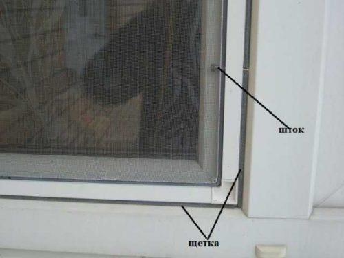 на окнах установлены металлические решетки